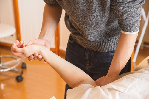 examining a hand for inflammation